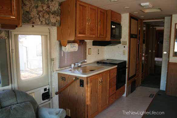 96-winnebago-adventurer-kitchen