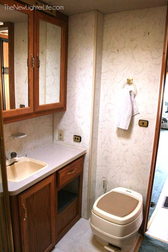 96-winnebago-adventurer-toilet-area