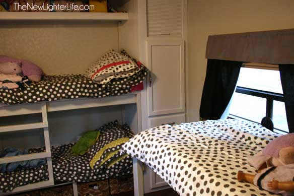closet-bunks-in-Winnebago-Adventurer