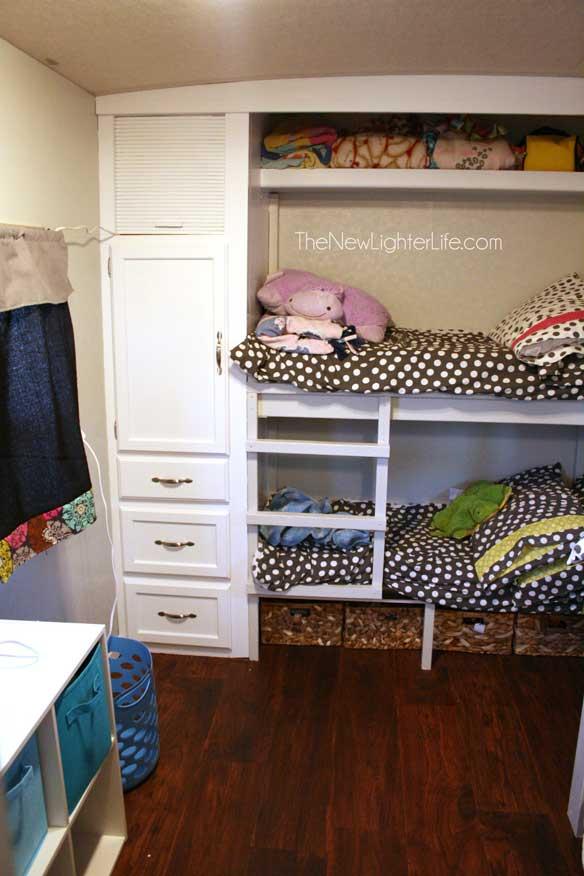 closet-bunks-of-96-winnebago-adventurer